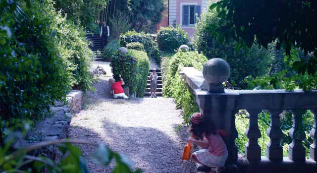 kids playing in garden at kid-friendly hotel de russie rome Italy